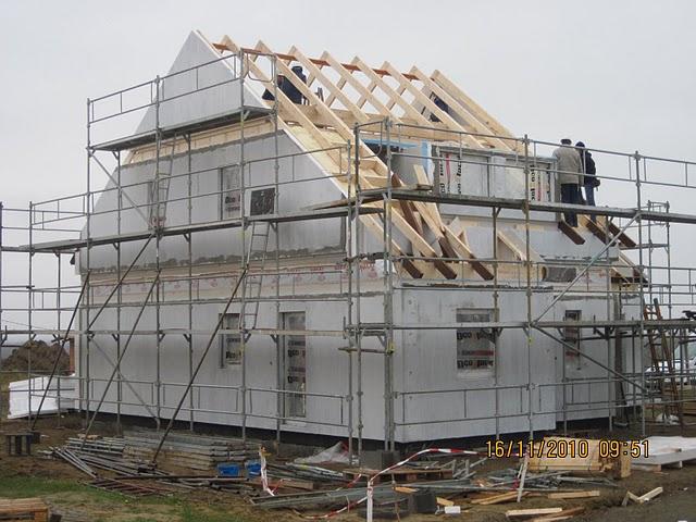 Jiz take stavime Novu 101 - leseni uz stoji, delaji se krovy