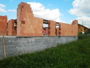 už se staví zdi