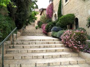 nádherné predzáhradky v Jeruzaléme