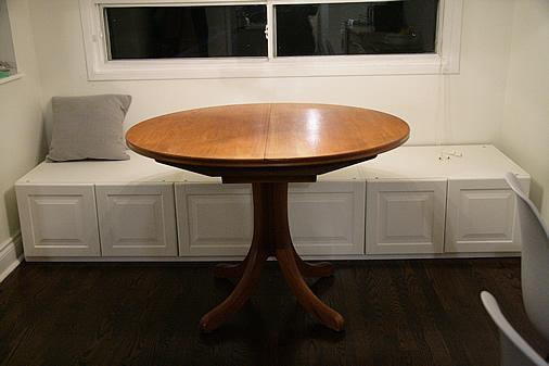 Biely  romanticky nábytok - priprava sedílie, nábytok je z kuchyne Ikea....