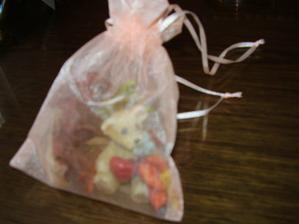 tyl.vrecko plnené macíkom a sušen.kvetmi-dar na kamarát.svadbe