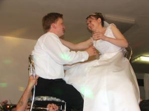 zdvíhanie nevesty a ženícha po polnoci