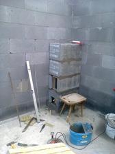 dnes manžílek začal stavať komín :)