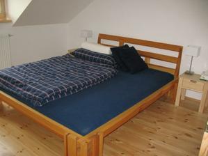 stolky jsme neměli, nechali jsme si je udělat, tak se nám časem dobarví k posteli :)