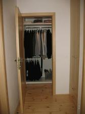 chodbu jsme trochu zkrátili, aby nám vznikla malá šatna, děti mají tu skřín vpravo ode dveří