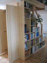 knihovna není přímo pod schodama, ale vedle, pouze je podle nich zkosená pod schodama je úložný prosto na objemné věci, které se nevejdou do potravinové skříně