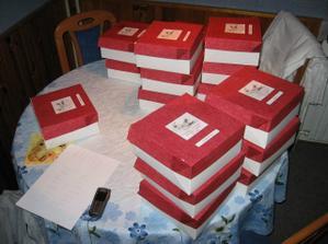 Naše krabice na výslužky.