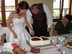 Společné krájení dortu.