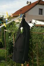 Přítelovo sako u našich na zahradě :)