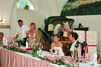 u svatební tabule- s rodiči nevěsty