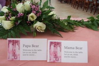 jmenovky na stůl ladily s květinovou výzdobou