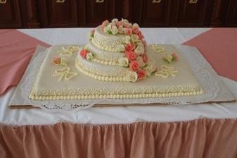 mandlový dortík - ladil se vší výzdobou a skvěle chutnal!