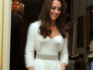 když neseženu průhledné bolerko, vezmu si chupatý kašmírový svetřík jako Kate:-)