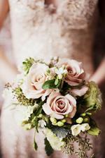 horký adept na kytku...s bílýma růžema