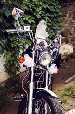 Jedna z motorek, která nás doprovázela na obřad :-)