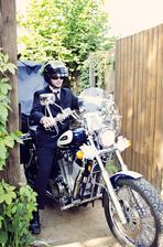Motorkáři v obleku jsou fakt  :-) Chudák, kamarád, si místo troubení odvařil na svatbě spojku....