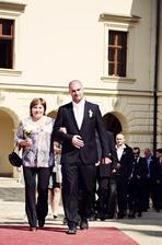 Manžel s maminkou přichází k oltáři....