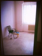Kuchyň - místo pro jídelní stolek. V tom rohu vidím svoji vysněnou bílou lavici a nad ní bílé poličky....
