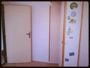 Dětský pokoj se starou vestavěnou skříní....