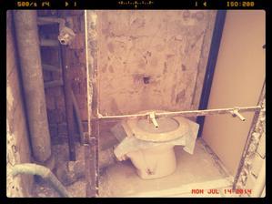 Zeď mezi koupelnou a záchodem zbouraná. Zítra konečně nastupuje pan ZEDNÍK!!!!!!!