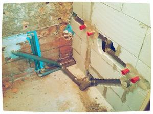Stěna mezi koupelnou a záchodem vyzděná, odpady na vanu a umyvadlo připravené....