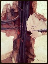 Kabely všude, kam se podíváte....