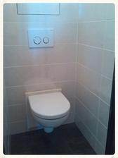Záchod vybrán ten nejmenší, co snad existuje :-) a tlačítka namontovaná...