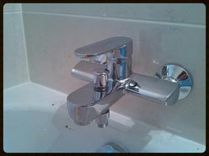 Nová baterie u vany. Nic extra moderního, ale líbila se mi. Teče z ní voda a to je pro mě podstatné :-)