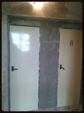 Jooo, dveře jsou hodně retro, ale budou tam do té doby, než bude na nové ;-) Jinak lepidlo, perlinka hotové už i na chodbě. Dnes a zítra nastupuje pan ŠTUK ;-)