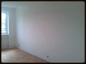 Vytapetovaná zeď v obýváku. Nejde mi to lépe vyfotit mobilem...Ale když s vejde do obýváku, je krásně vidět. Obzvlášť, když svítí sluníčko.