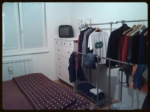 Na vysněnou vestavěnou skříň penízky nezbyly, tak nás opět zachránil pan Lidl :-) Začala jsem věšet oblečení, ale bundy se nevejdou. Sakra!! Na třetí věšák už nemáme místo :-(