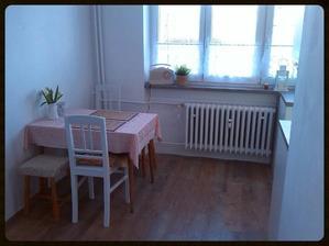 Pohled z chodby do kuchyně. Bohužel na nový jídelní stůl a židle finance nezbyly. Pro začátek nám to stačí. Teď je na řadě dětský pokojík :-) Nad stůl bych pak chtěla časem nějaké police na staré talíře a hrníčky.