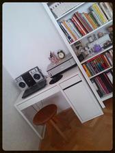 Prozatimní koutek na pc. Židle už je vyhlídlá dlouho, jen se rozhoduji mezi černou a bílou....Ale zatím vede černá :-) Nad stoleček přibude časem i polička....