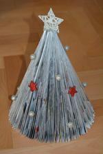 Vánoční stromek jsem skládala asi před pěti lety. Je mi líto ho vyhodit :-)