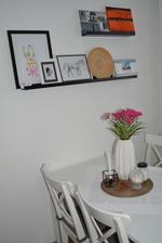"""Obrázky, co jsme dostali - moje oblíbené tulipánky od 6leté sousedky, první obrázek tatínka - kůň, druhý pokus tatínkovy malby ,,šumavské zrcadlení"""""""