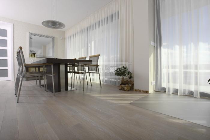 Prosim o skusenosti: ak mate možnost porovnat z osobnych skusenosti tieto 2 farby podlahy, ktora je menej naročna na udržbu,resp na ktorej menej vidno trebars ak sa niečo utrusi, alebo celkovo hocičo? Pacia sa mi aj biele podlahy ale tie som uplne zavrhla, lebo tie mame teraz na chodbe a v kuchyni a mozem i par krat denne riešit podlahu...to by som nechcela. Zvažujem možnosti, či ist do stredne hnedej, alebo takej sytejšej hnedej...ak mate skusenost ako to vidno na strednehnedej alebo tej sytejšej budem rada. Prve dve foto: strednehneda, druhe dve: syta tmavsia hneda Dakujem. - Strednehneda