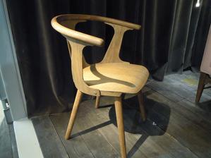 Našla som stoličky čo ma chytili uplne za srdce - dychli na mna akoby dačim starodavnym a zaroveň i modernym