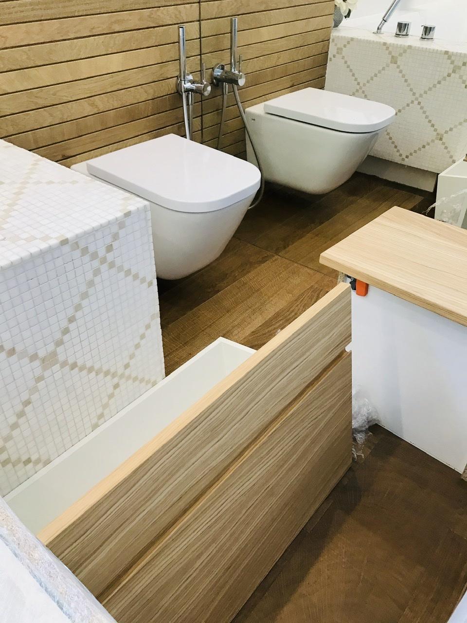 Naše L-ko - 2021 - stále dokončujeme - Hlavná kúpeľňa - konečne vyrobené dubové skrinky a ich montáž. Tento rok sa robí dolná a horná umývadlová zostava. Následne ešte zostáva zostava zabudovanej pračky s pradelnymi košmi