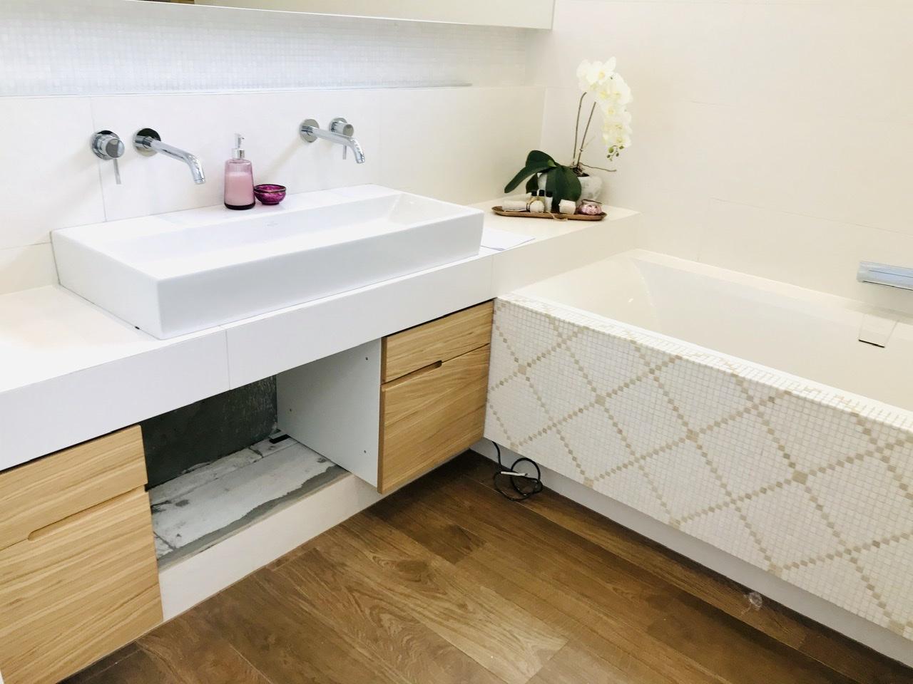 Naše L-ko - 2021 - stále dokončujeme - Montáž nábytku velká kúpeľňa. Dubové skrinky so zafrézovanou drážkou medzi dvoma šuplíkmi. Horný šuplík na drobnosti, dolný na vyčšie veci. Stredový bude v celku s priznanou drážkou na otváranie.