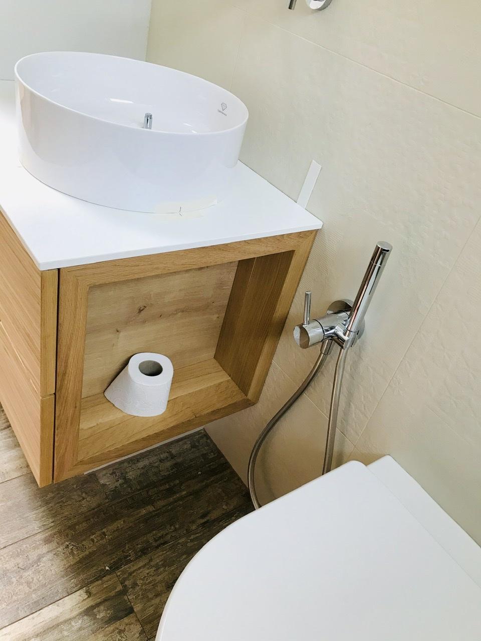 Naše L-ko - 2021 - stále dokončujeme - Malá kúpeľňa dokončovanie - dubová skrinka namieru s bočnou zapustenou poličkou