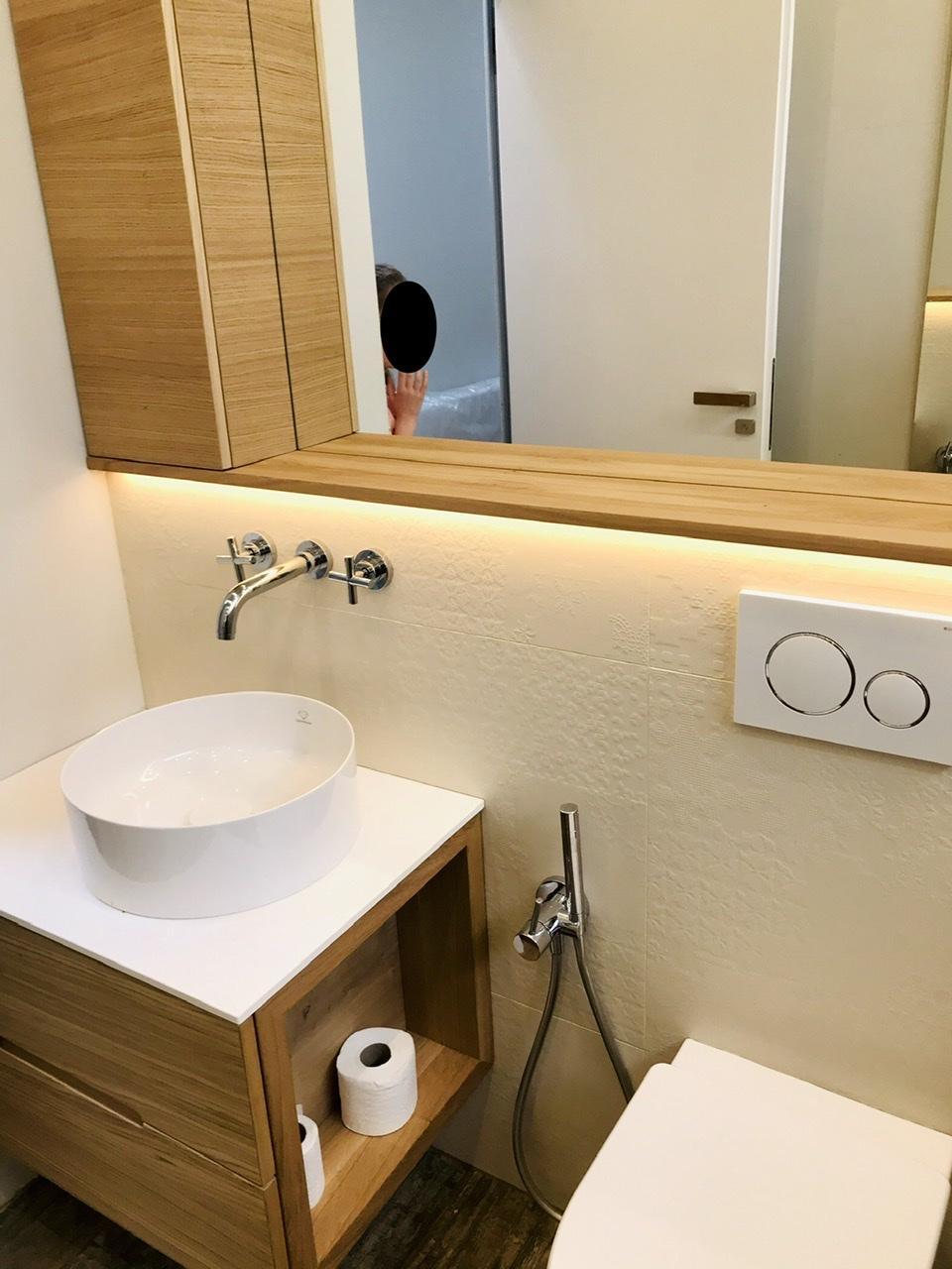 Naše L-ko - 2021 - stále dokončujeme - Dokončený komplet nábytok v malej kúpelni - dubová dýha - v závere prišla ešte horná skrinka, ktorá lícuje hlbku drevenej police.