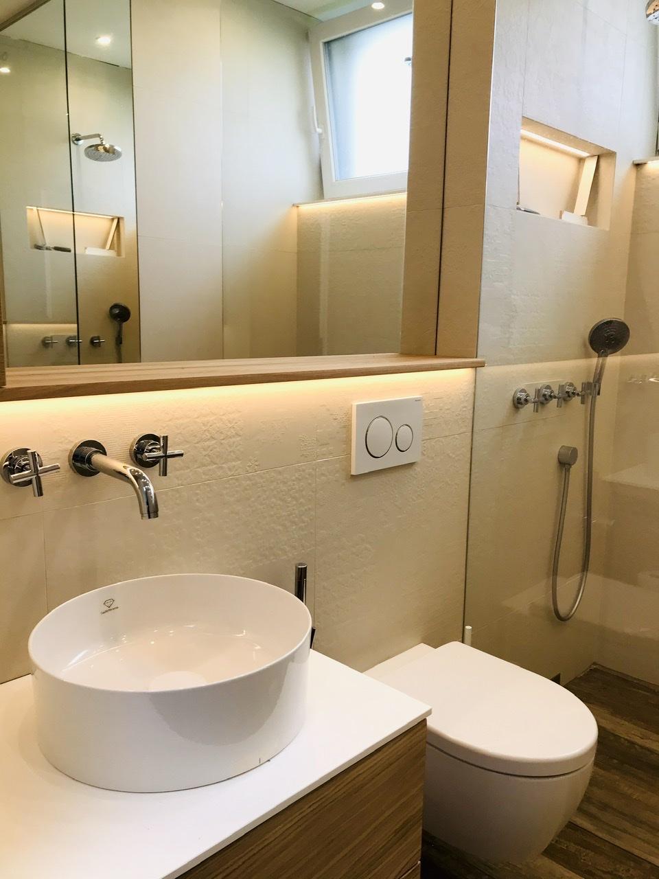 Naše L-ko - 2021 - stále dokončujeme - Malá kúpelňa so sprchovým kútom - nábytok, umyvadlo, osvetlenie - konečne hotovo