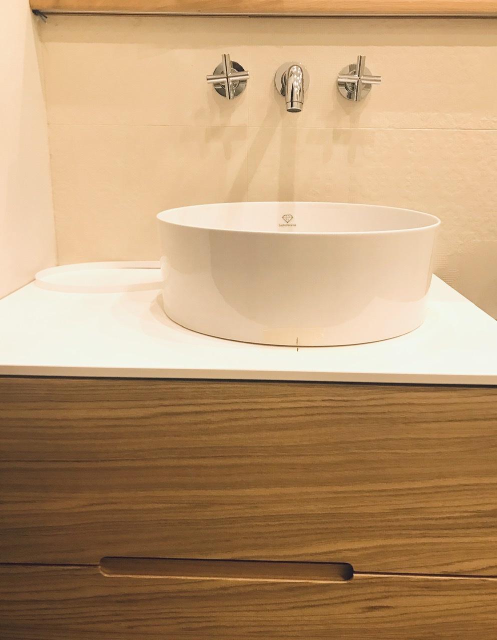 Naše L-ko - 2021 - stále dokončujeme - Dokončenie dubového nábytku v kúpelni - montáž zapustených led páskov - osvetlenie zapustené do presahu poličky pre nasvietenie obkladu. Osadenie umyvadla. Zafrézovaná spoločná drážka pre oba šuplíky skrinky.
