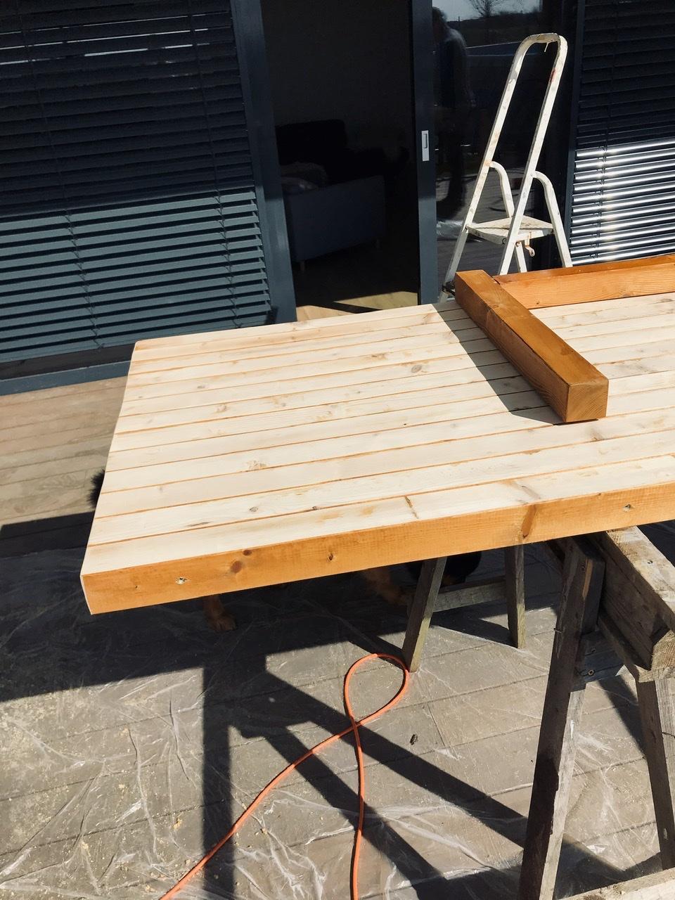 Naše L-ko - 2021 - stále dokončujeme - Výroba jedálenského terasového stola - drevo sme si dali napíliť pred 4 rokmi a čakalo až príde čas. Olejované rovnakým olejom ako drevo na fasáde a plote