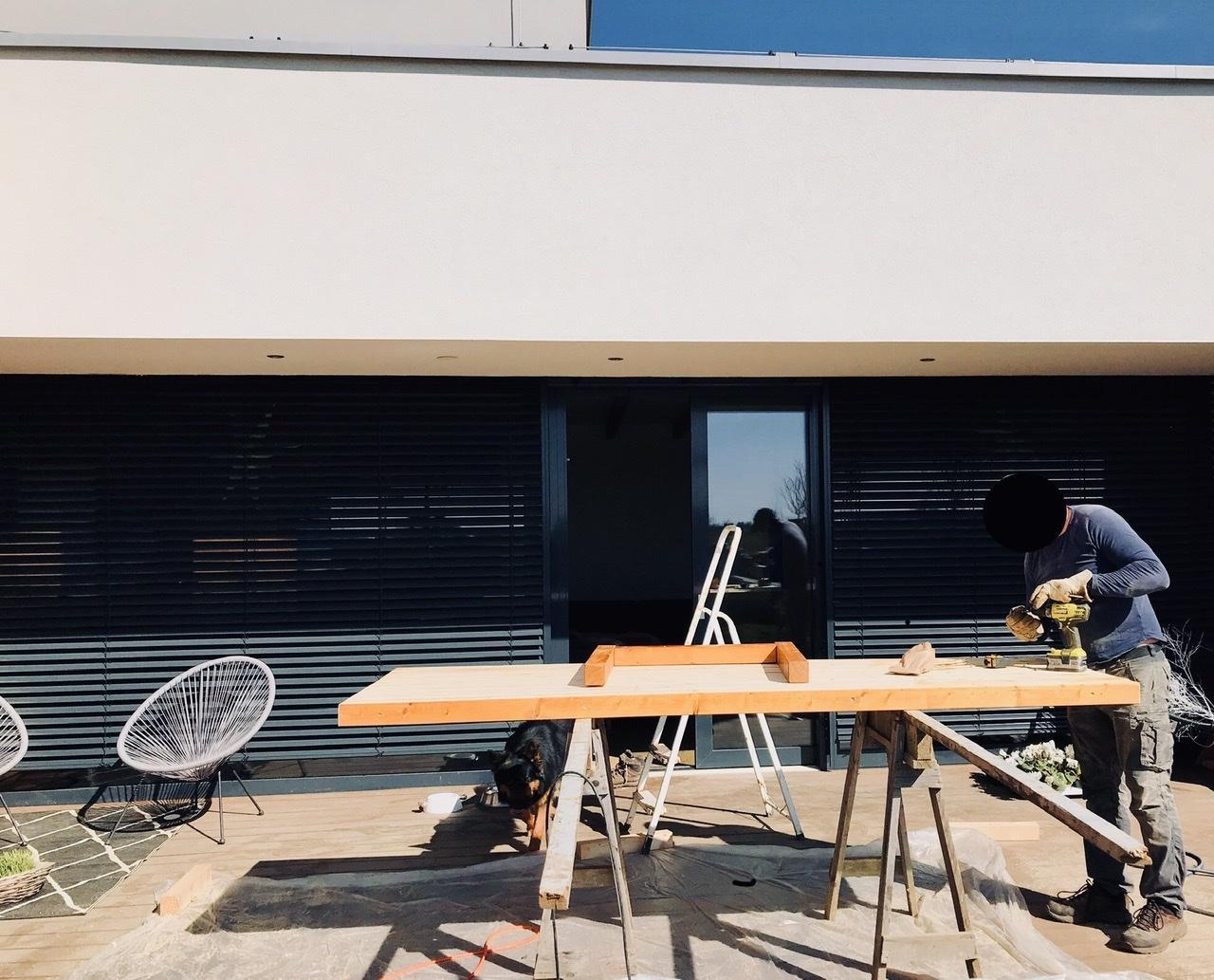 Naše L-ko - 2021 - stále dokončujeme - Výroba jedálenského terasového stola z štvorcových hranolov - drevo sme si dali napíliť pred 4 rokmi a čakalo až príde čas. Povodne to mal byt interiérový stol, ale bude na terasu, nakolko terasový sme si za tu dobu oblubili a zostava dnu