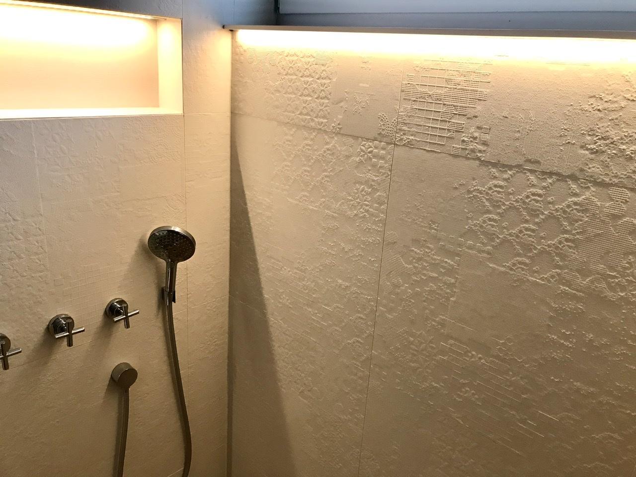 Naše L-ko - 2021 - stále dokončujeme - Dokončené podsvietenie v sprche v malej kúpelni. Po 4 rokoch osadený parapet z fundermaxu so zafrézovaným led páskom pre osvetlenie reliéfneho dekoru obkladu Mutina.