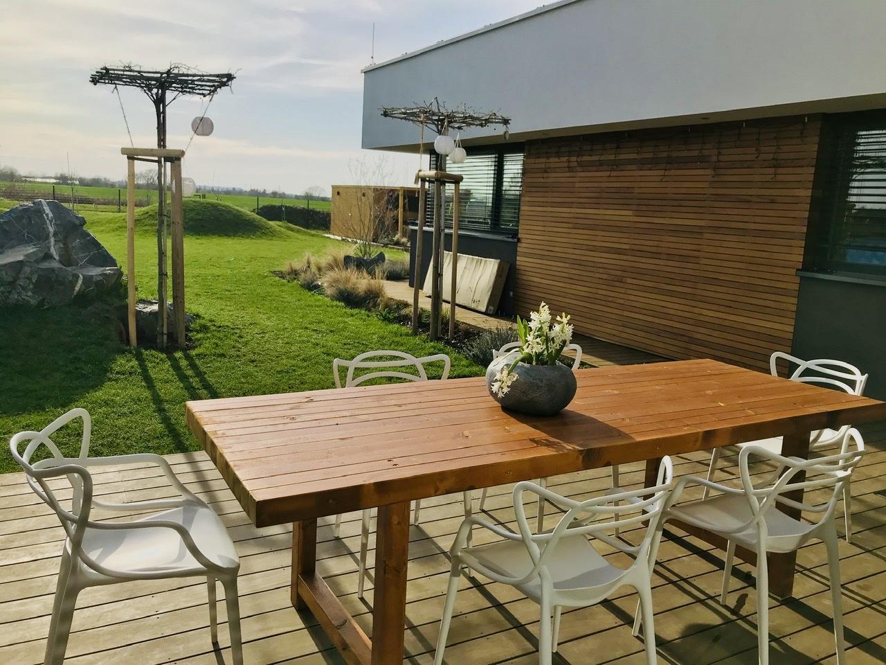 """Naše L-ko - 2021 - stále dokončujeme - Dokončený nový priestranný terasový stol 2,6 m. Drevo sme si dali pred 4 rokmi napíliť a čakalo nás kym """"bude čas"""". Drevo je v závere olejované rovnakým olejom ako fasáda domu 2 vrstvy, ešte za pár dní zmatnie"""
