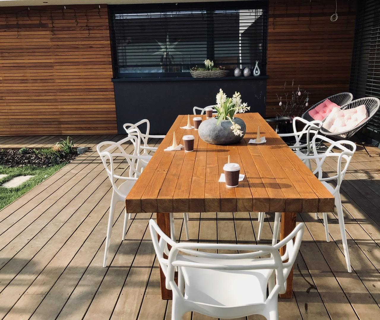 """Naše L-ko - 2021 - stále dokončujeme - Na terase - dokončený nový terasový stol 2,6 m zo štvorcových hranolov. Drevo sme si dali pred 4 rokmi napíliť a čakalo nás kym """"bude čas"""". Drevo je v závere olejované rovnakým olejom ako fasáda domu 2 vrstvy, ešte za pár dní zmatnie"""