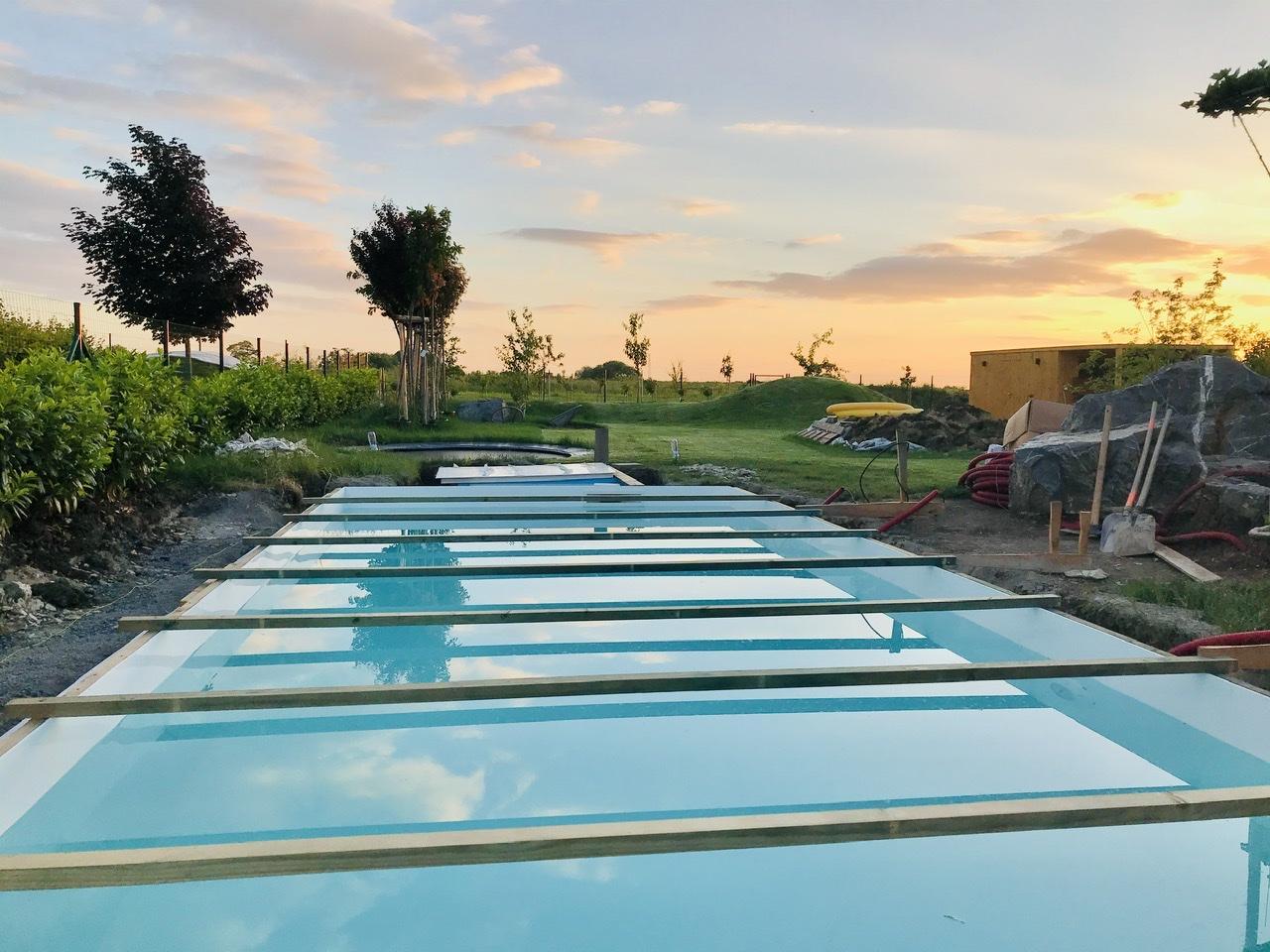 Naše L-ko - 2021 - stále dokončujeme - pracovná podvečerná -  bazén pri západe slniečka sa už využíva