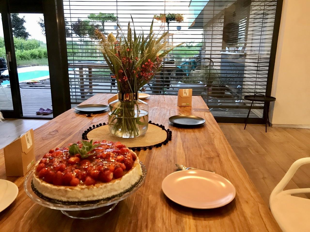 Naše L-ko - 2021 - stále dokončujeme - Krásny deň prajem - tortička z domácich jahod a maty, kvety zo záhrady. Vspomíname i na panelák a veru ta vlastná záhrada je niečo úžasné.